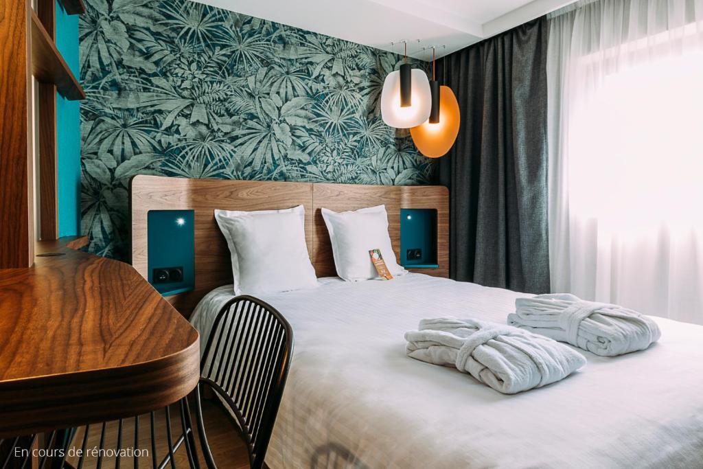 Een bed of bedden in een kamer bij Oceania Paris Porte De Versailles