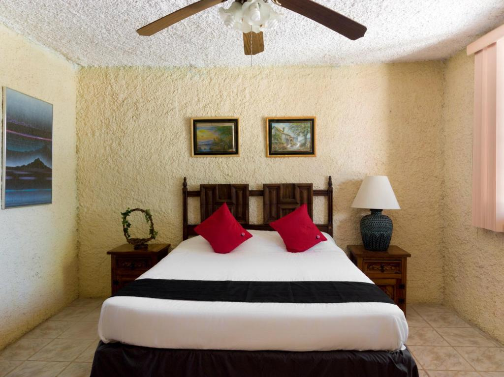 A bed or beds in a room at Capital O Santa Rosa