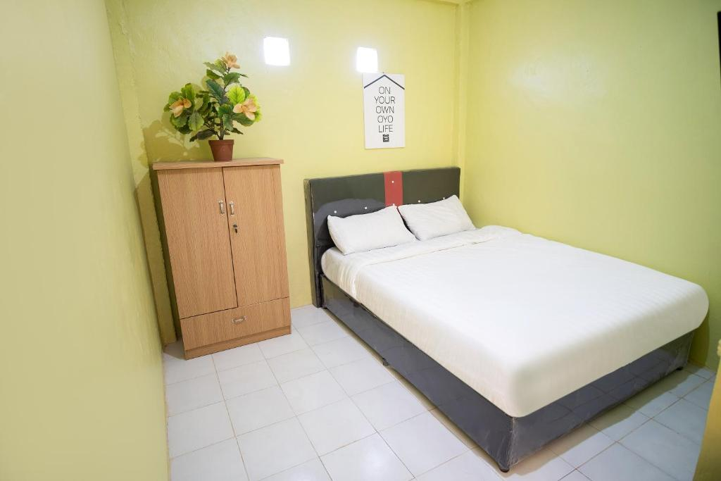 A bed or beds in a room at OYO Life 3121 Zivana Kost