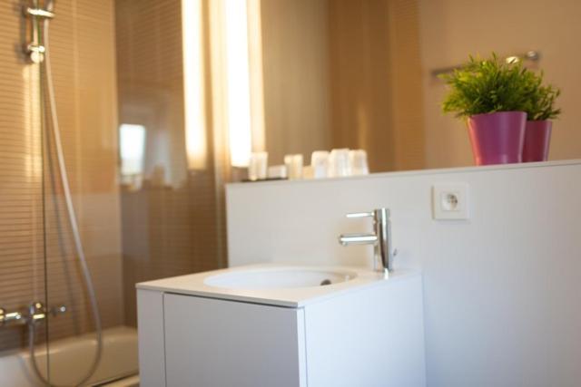 A bathroom at Hotel La Passerelle