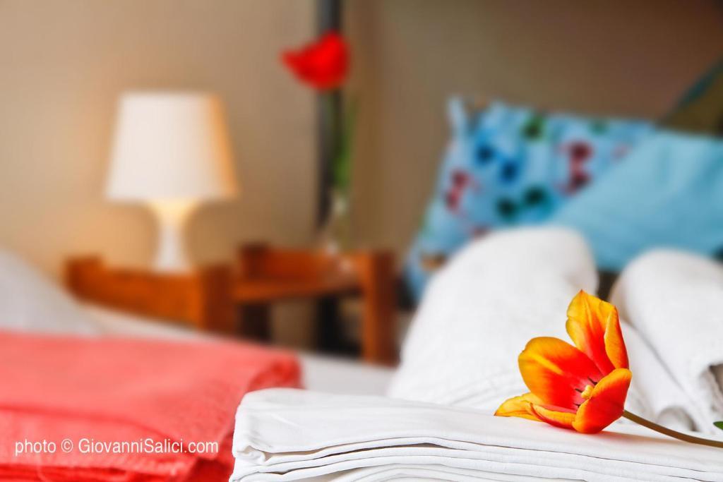 Letto o letti in una camera di Lake Como Peace Lodge - Casa della Pace