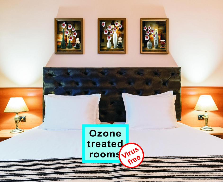 A bed or beds in a room at Hotel Lotus