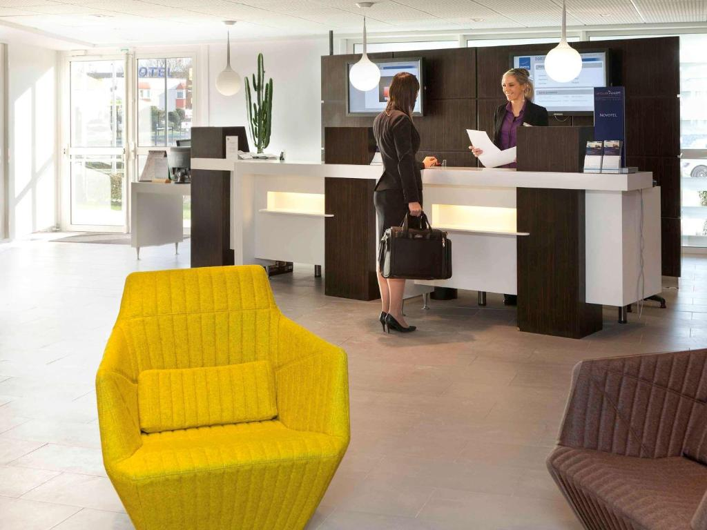 The lobby or reception area at Novotel Bordeaux Lac