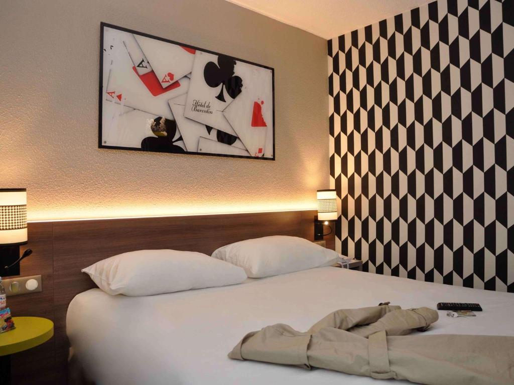 A bed or beds in a room at ibis Styles Rouen Nord-Barentin