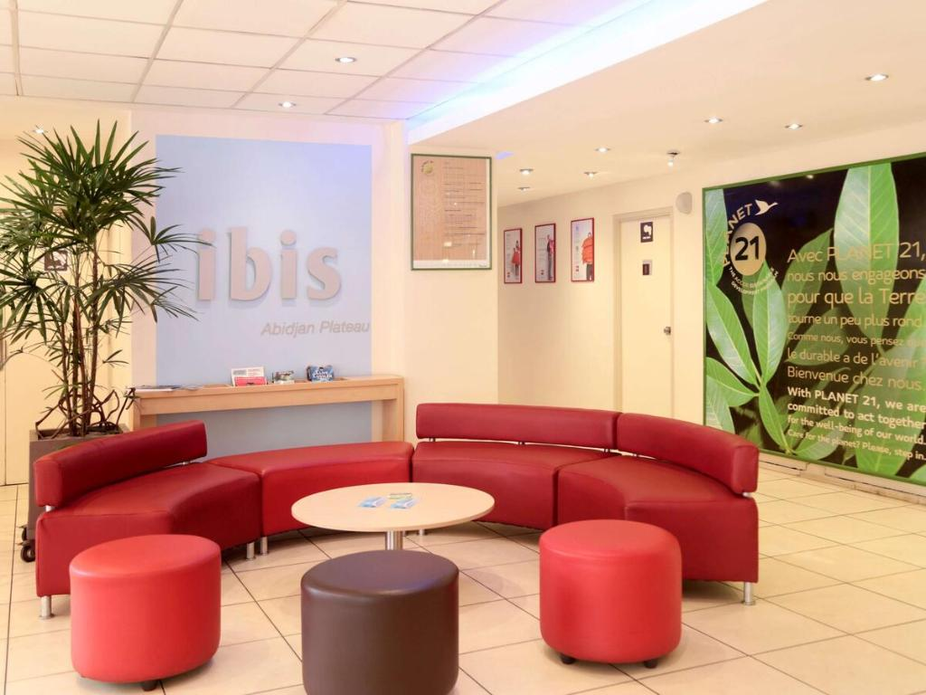 The lobby or reception area at Ibis Abidjan Plateau