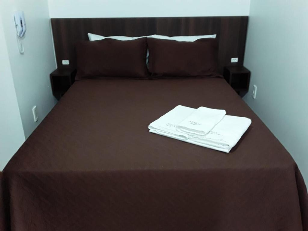 A bed or beds in a room at Hotel Chave de Ouro
