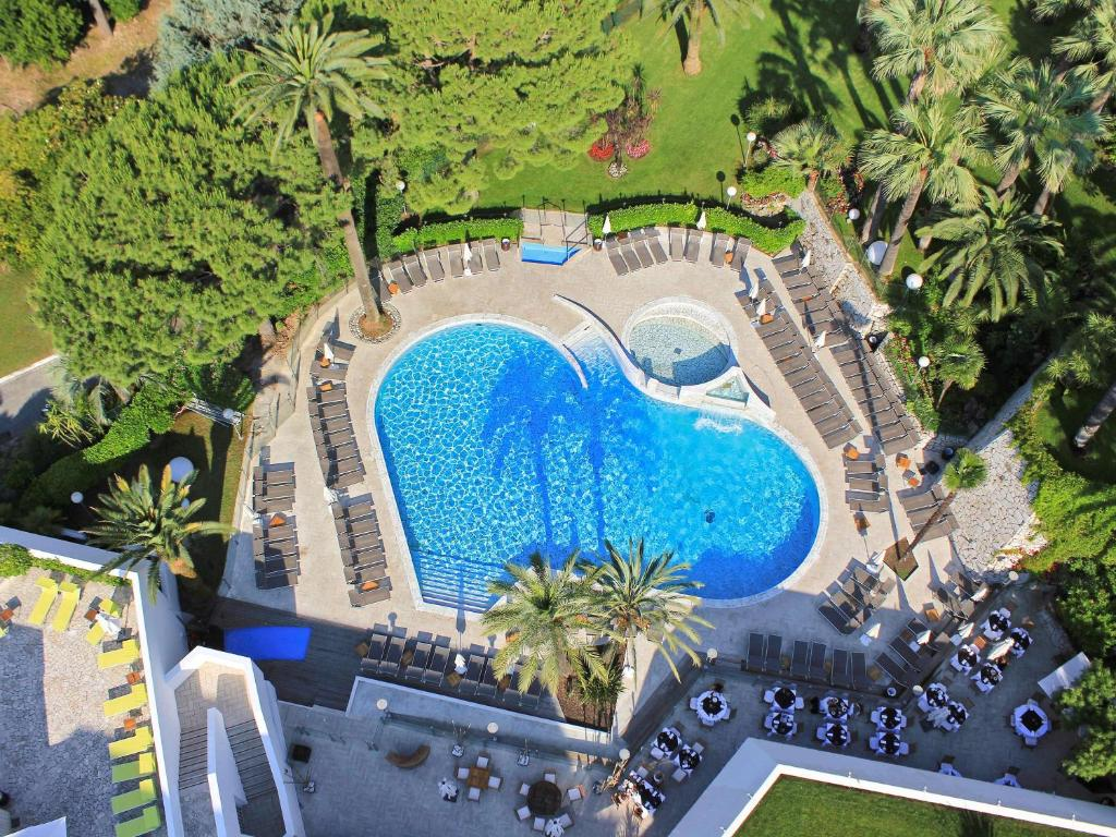 A view of the pool at Hotel Cannes Montfleury or nearby
