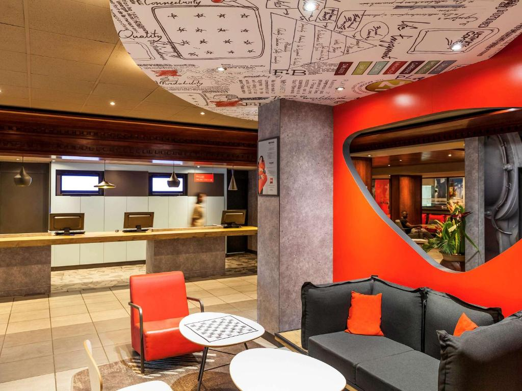 The lounge or bar area at ibis Douala