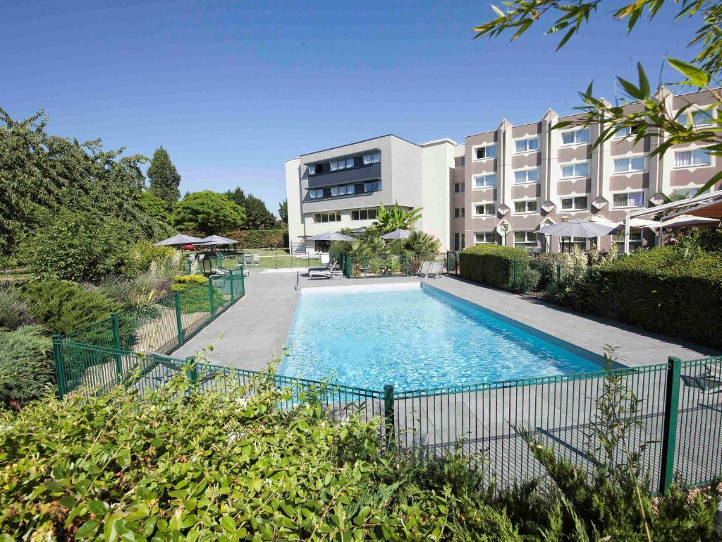 The swimming pool at or near Novotel Clermont-Ferrand