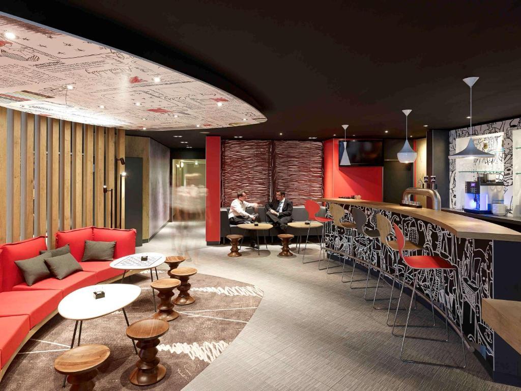 The lounge or bar area at ibis Köln Centrum