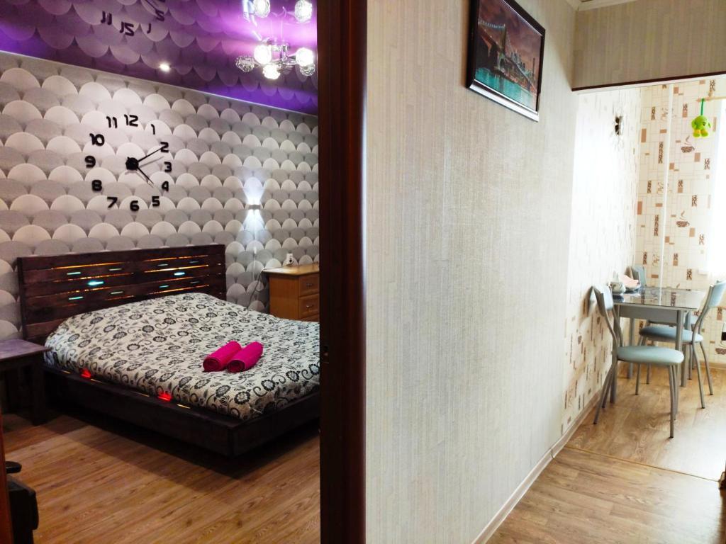 Кровать или кровати в номере Апартаменты на Лесном Проспекте