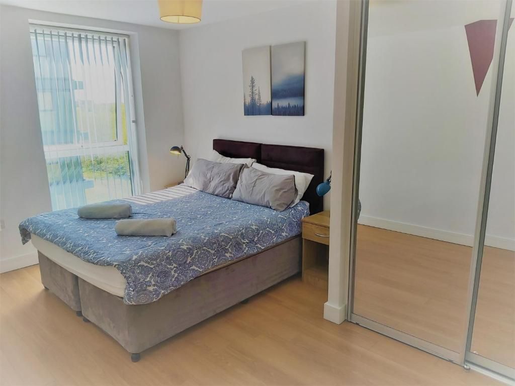 A bed or beds in a room at Immaculate 2 bed apartment