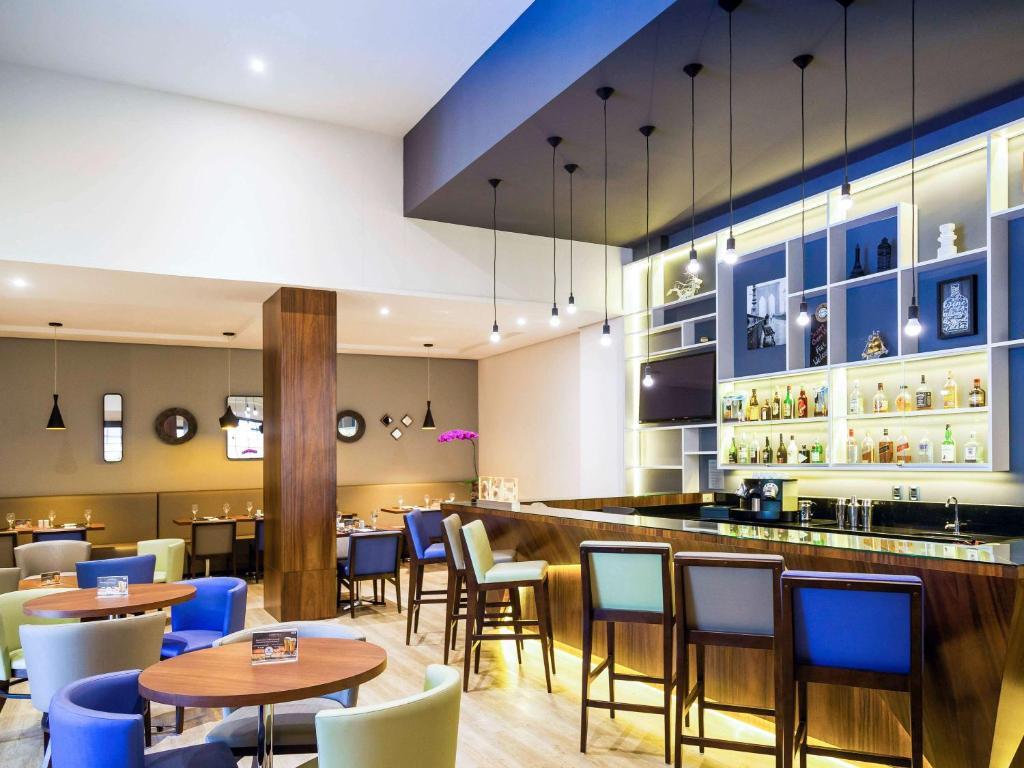 A restaurant or other place to eat at Novotel Porto Alegre Três Figueiras