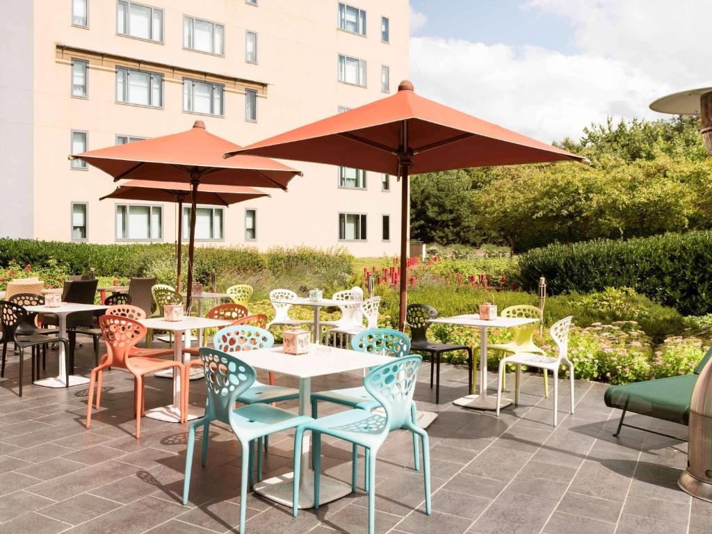 A restaurant or other place to eat at Novotel Suites Paris Roissy CDG