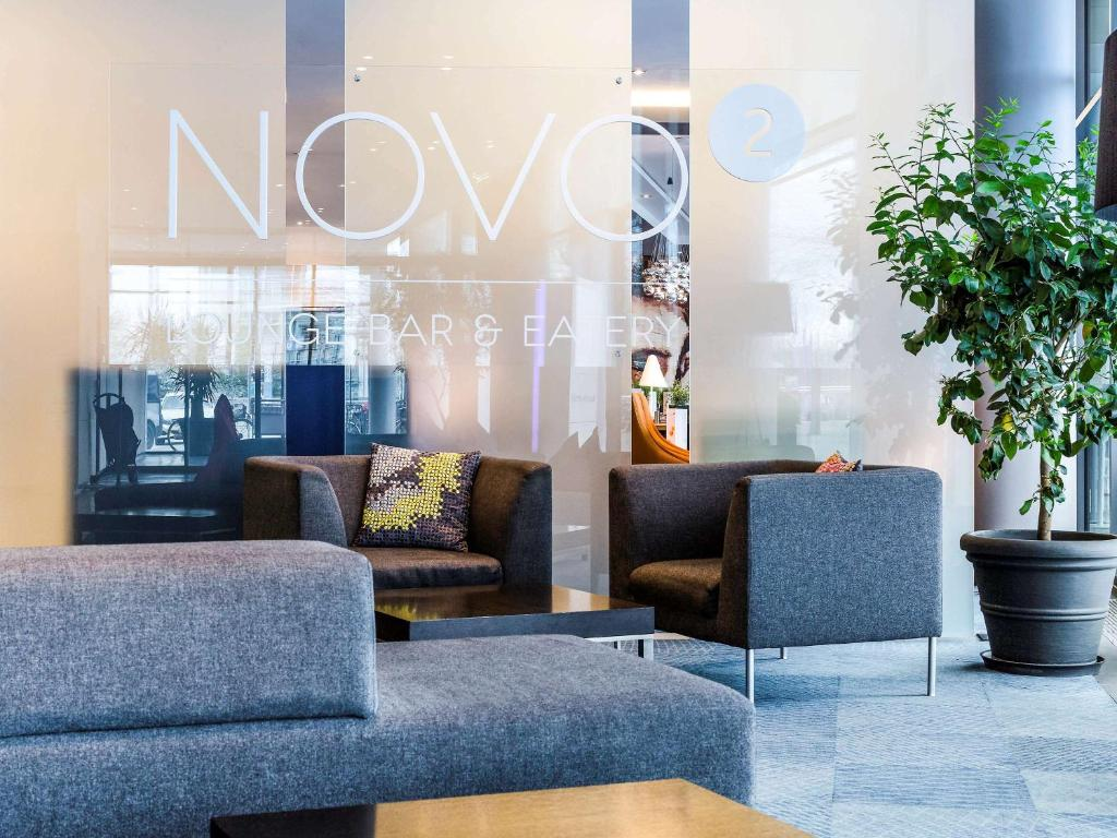A seating area at Novotel München Messe