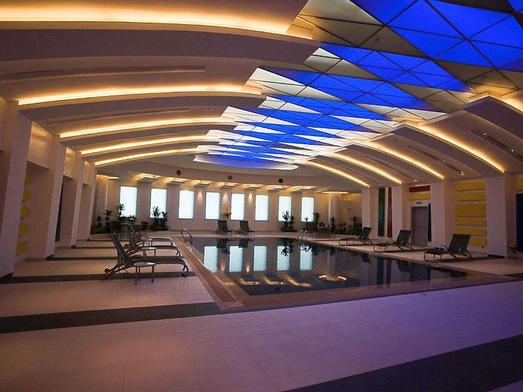 المسبح في Novotel Riyadh Al Anoud أو بالجوار