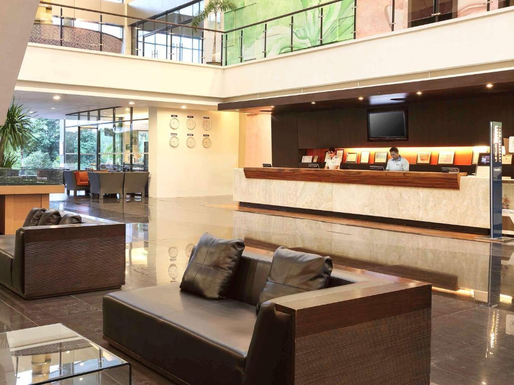 A área de receção ou átrio de Novotel Manado Golf Resort & Convention Center