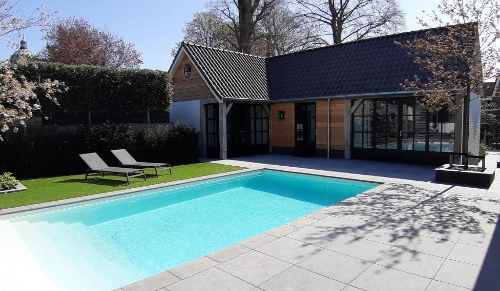 The swimming pool at or close to Sjiek Basiliek