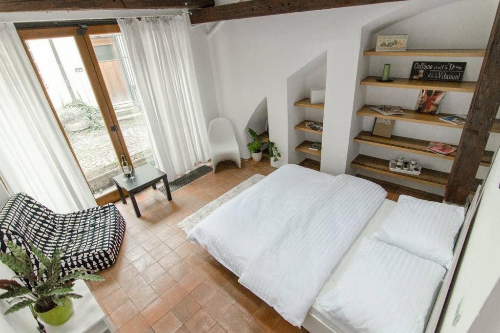 Postel nebo postele na pokoji v ubytování Chic Studio right under the Prague Castle