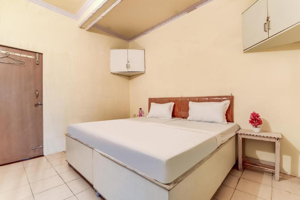 A bed or beds in a room at SPOT ON 47803 Ren Basera Guest House