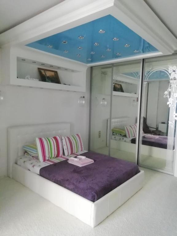 A bed or beds in a room at Трешка современная с удобствами
