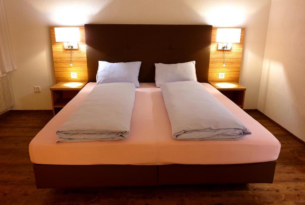 Ein Bett oder Betten in einem Zimmer der Unterkunft Hotel Römerbad