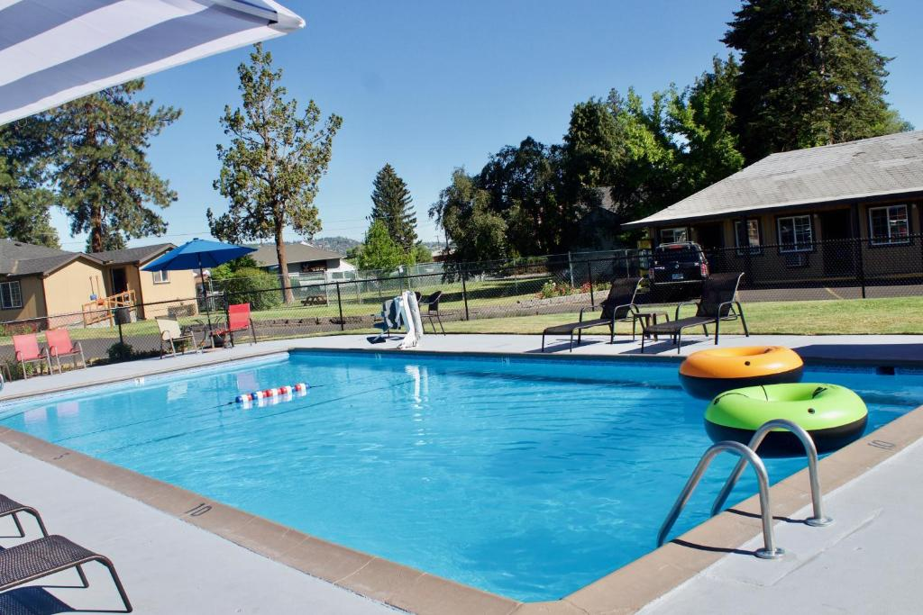 The swimming pool at or near Cascade Lodge