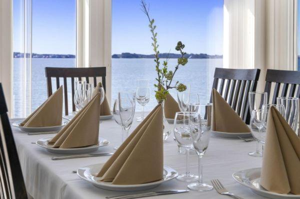 En restaurant eller et spisested på Åmøy Fjordferie