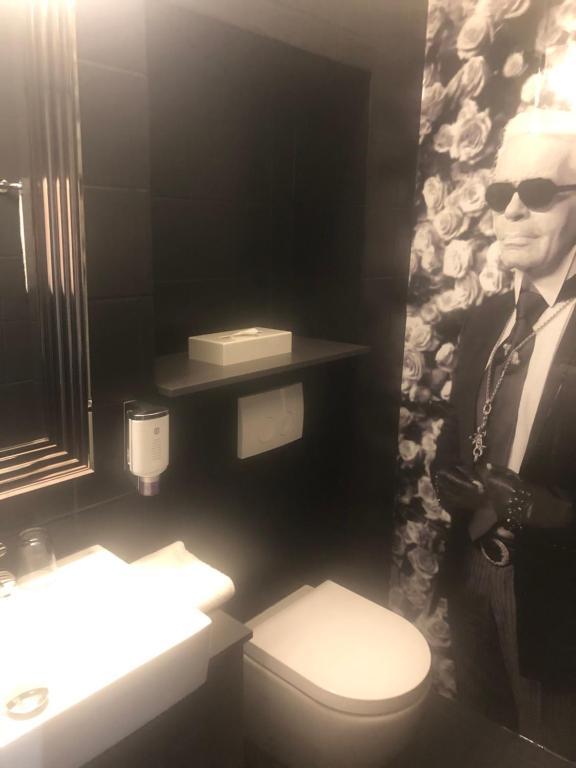 A bathroom at Hotel Am Volksgarten
