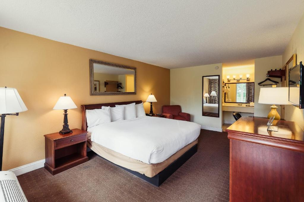 A bed or beds in a room at Calloway Inn and Suites