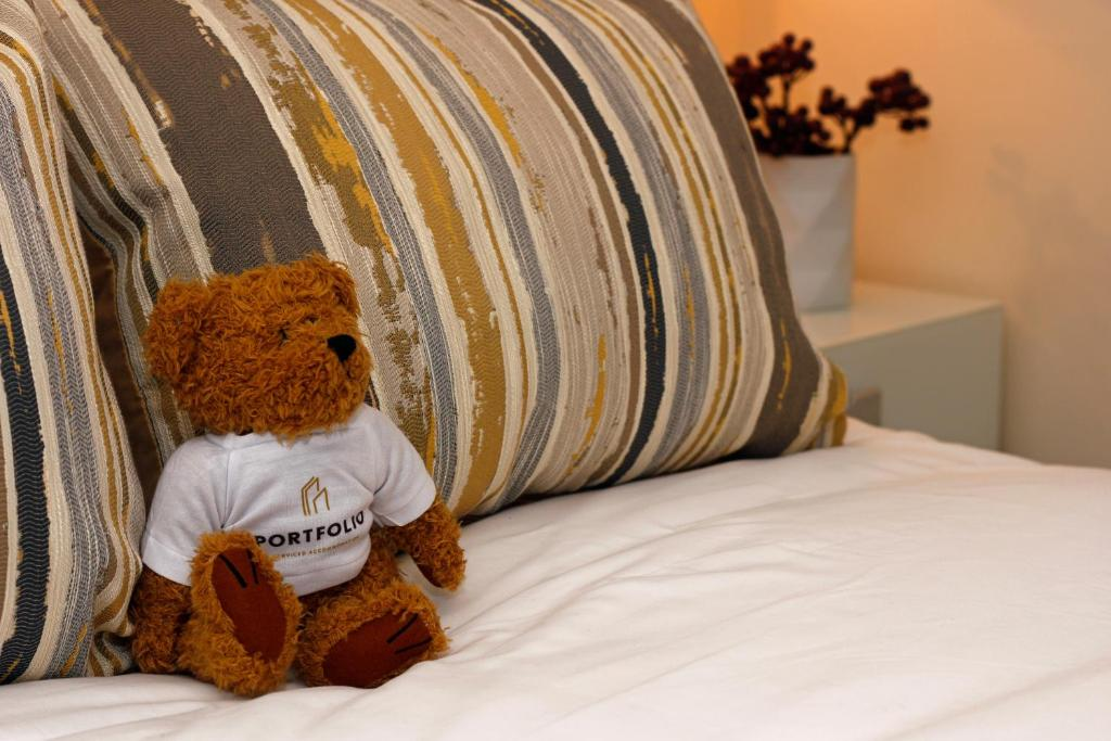 A bed or beds in a room at Portfolio Apartments - Hatfield Town Centre