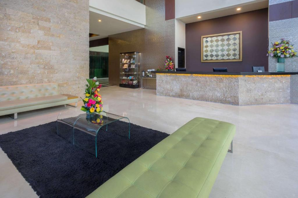 The lobby or reception area at GHL Hotel Barranquilla