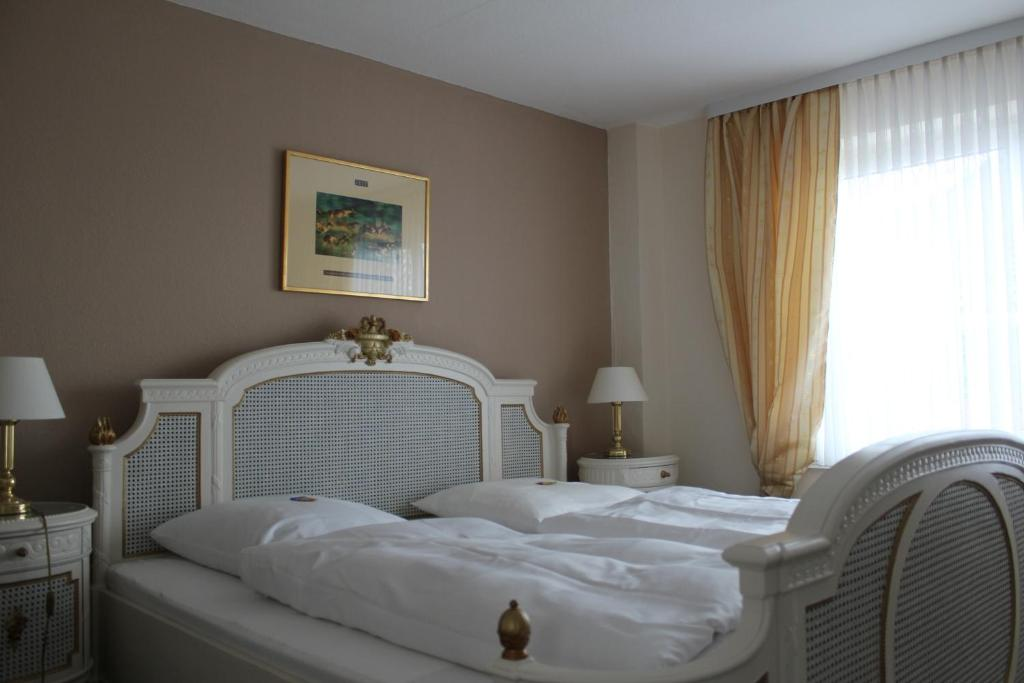 A bed or beds in a room at Elbhotel Bleckede