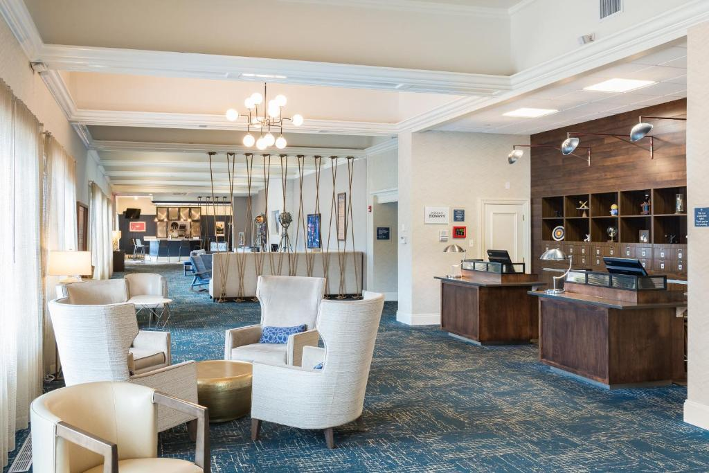 The lounge or bar area at Four Points by Sheraton Eastham Cape Cod