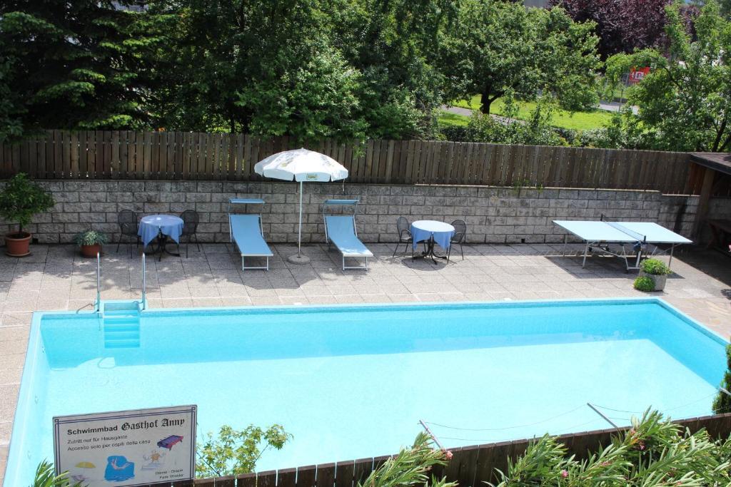 Ein Blick auf den Pool von der Unterkunft Gasthof Anny oder aus der Nähe