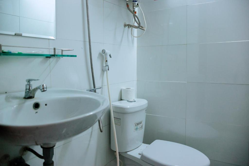 A bathroom at Anh Ngoc Guesthouse
