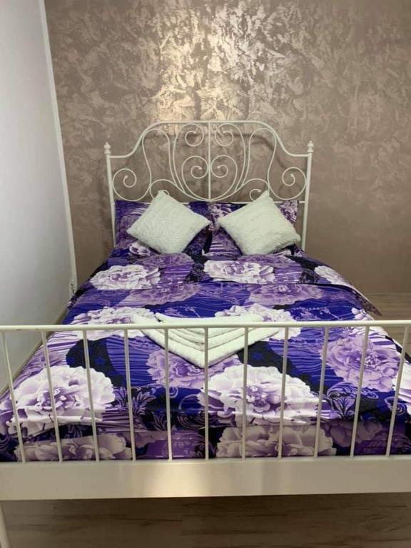 Un pat sau paturi într-o cameră la REGNA CRISTALL