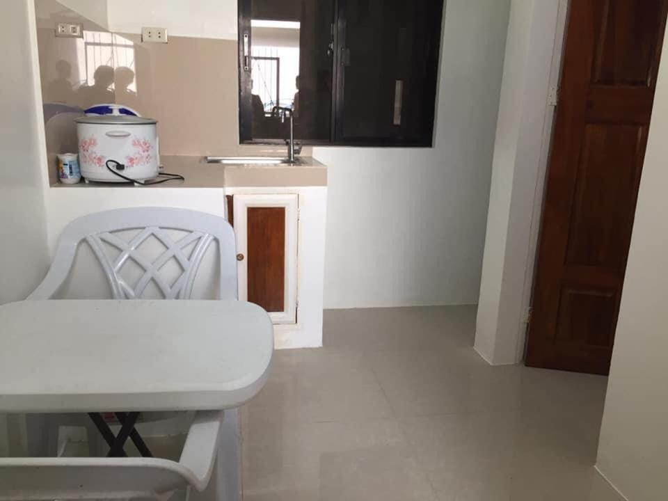 A kitchen or kitchenette at Lilyville Lodge