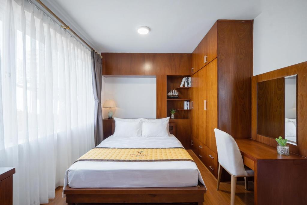 A bed or beds in a room at Hoang Yen Hotel