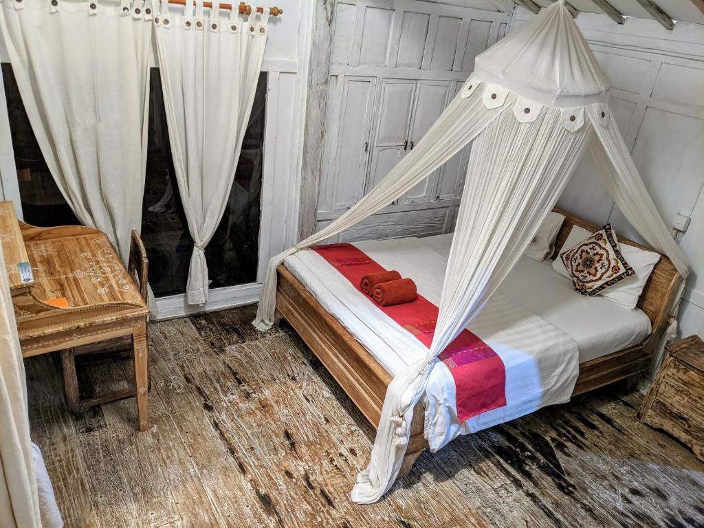 A bed or beds in a room at Hidden Wooden Cabins