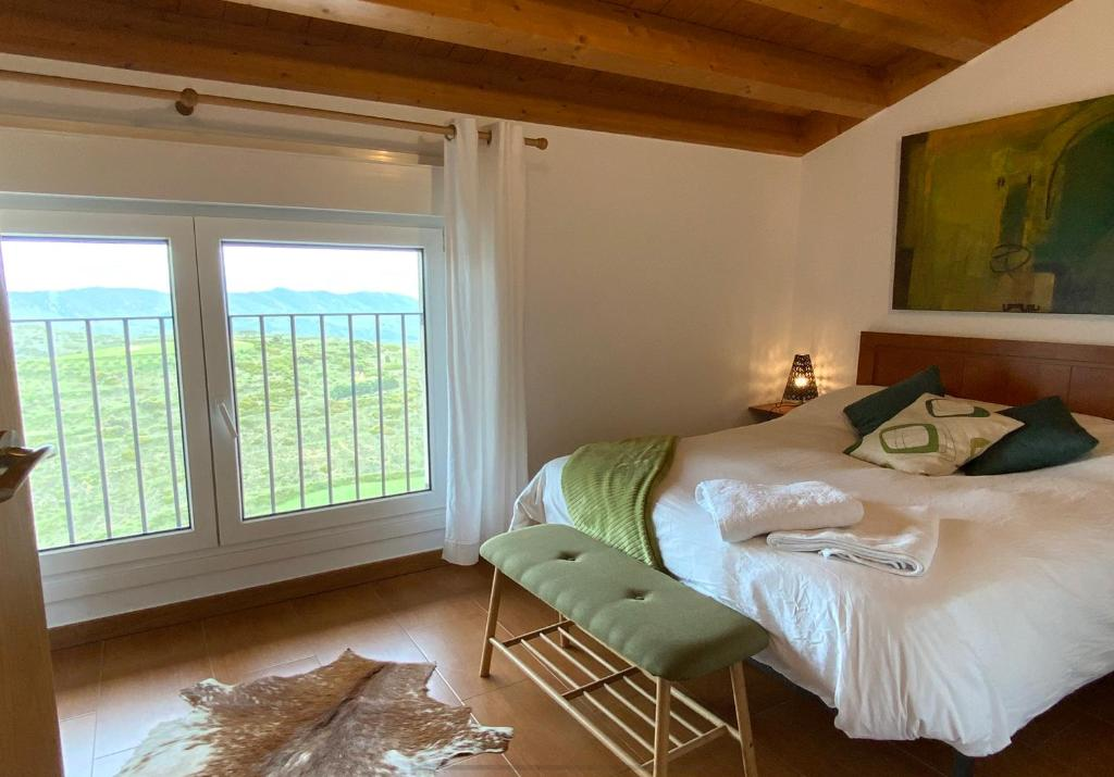 A bed or beds in a room at Agrovillaujue apartamentos rurales