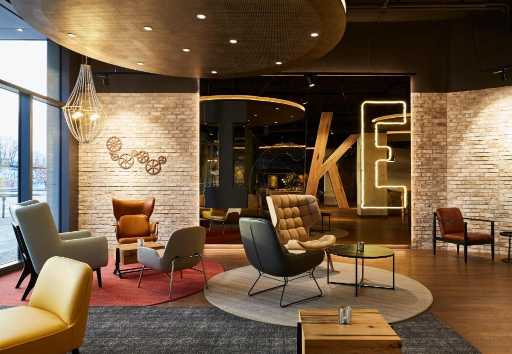 The lounge or bar area at Hotel Indigo Berlin - East Side Gallery, an IHG hotel