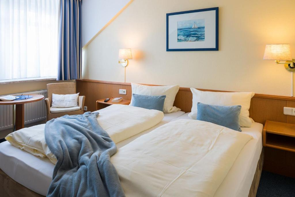 A bed or beds in a room at Bett & Kök bi Petersen