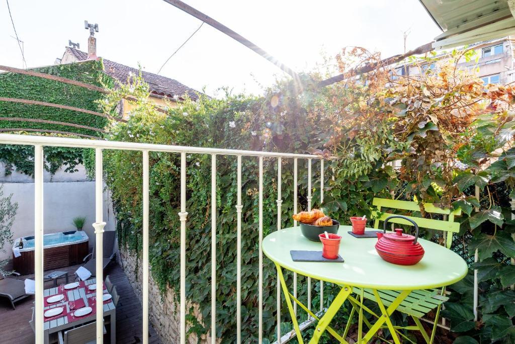 Balcon ou terrasse dans l'établissement Le Patio Carreterie - Maison chaleureuse avec Jacuzzi Extérieur Privatif - Primée pour sa déco