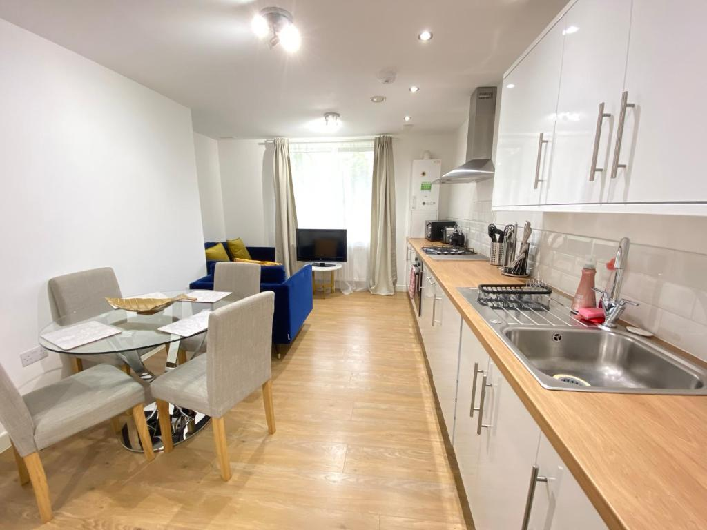 A kitchen or kitchenette at Heathrow Airport Oasis