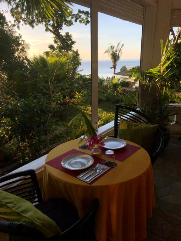 A restaurant or other place to eat at Argonauta Boracay Apartment Suites and Villas