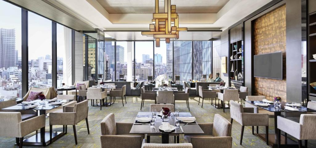 A restaurant or other place to eat at Oakwood Premier Tokyo