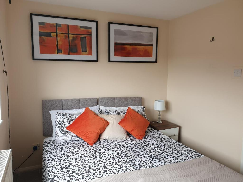 A bed or beds in a room at Swindon Denbeck House - EnterCloud9SA