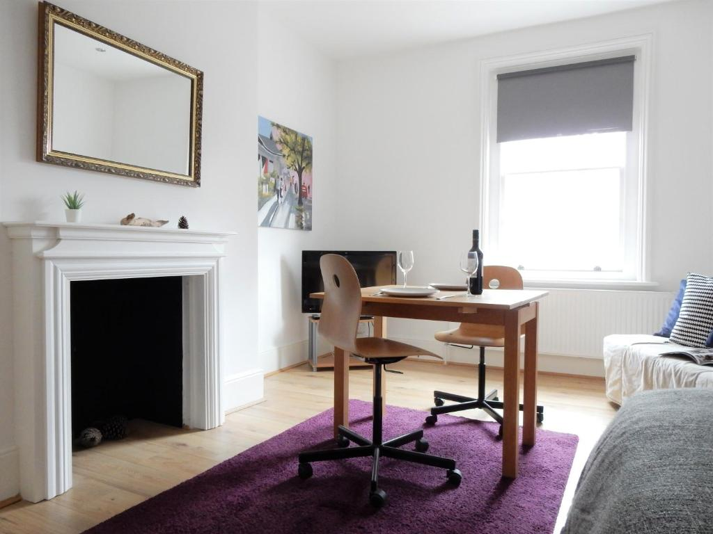 A seating area at Lovely 3 Bed Apartment Chatham by Historic Dockyard