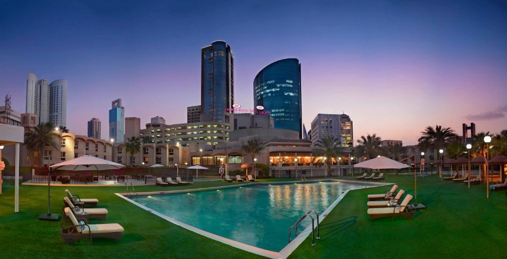 المسبح في كراون بلازا البحرين أو بالجوار